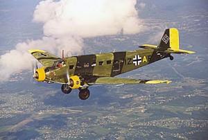 Германский самолет Юнкерс-52 в полете. 1944 г.