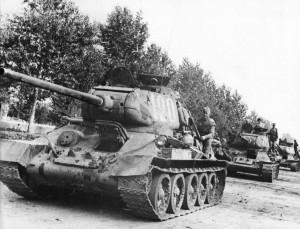 Разведгруппа из трех советских танков Т-34-85 выдвигается на задание. 1944 г.