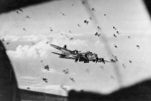 Американский бомбардировщик В-17 Флаинг Фортресс идет на Берлин сквозь зенитный заградогонь. 1944 г.