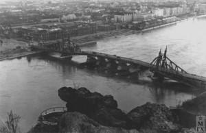 Будапешт. Взорванный мост через Дунай. Февраль 1945 г.