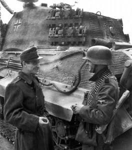 Венгерский и германский солдаты. Венгрия, декабрь 1944 г.