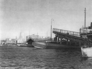 Взорванный немцами мост через Даугаву. Октябрь 1944 г.