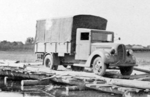 Грузовик Форд-V3000 с фанерной эрзац-кабиной. 1944 г.