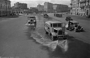 Москва, 17 июля 1944 г. Поливальные машины смывают следы немецких пленных с мостовой.