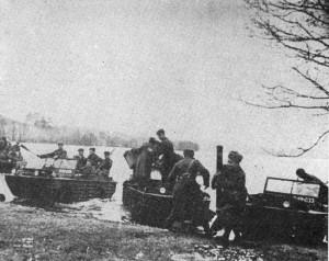 Передовые части Красной Армии на амфибиях форсируют Киш-эзерс. 12 октября 1944 г.