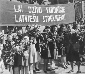 Рижанки встречают латышских стрелков. 16 октября 1944 г.