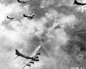 Строй американских бомбардировщиков В-17 Флаинг Фортресс возвращается с задания. 1944 г.