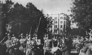 Части 43-й гвардейской Латышской дивизии вступают в Ригу. 16 октября 1944 г.