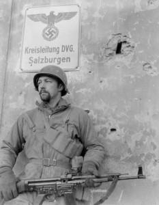 Американский солдат с трофейной немецкой штурмовой винтовкой. Зальцбург, апрель 1945 г.