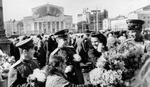 Москва, 9 мая 1945 г. У здания Большого театра.