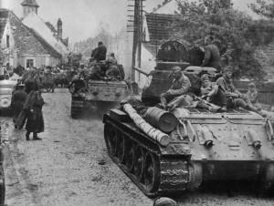 Советские танки Т-34 на улицах австрийского Санкт-Пёльтена. 15 апреля 1945 г.