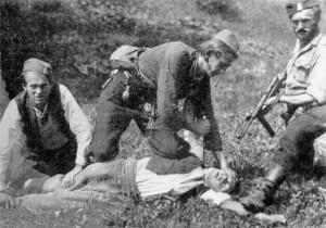 Четники убивают коммуниста. 1945 г.