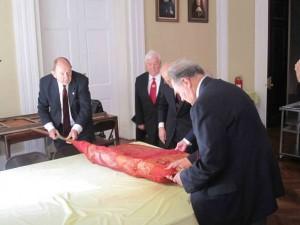 Нью-Йорк. Кадеты-ветераны разворачивают историческое знамя Полоцкого кадетского корпуса. Сентябрь 2013 г.