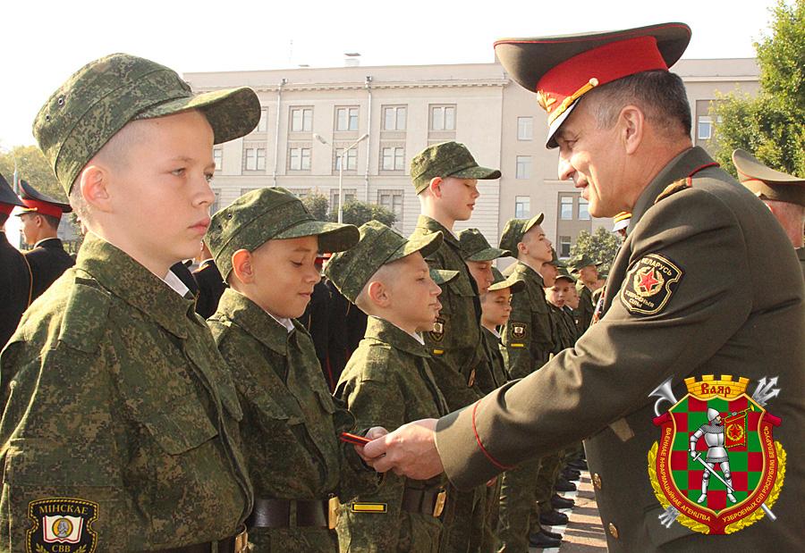 Генерал-майор Михаил Пузиков поздравляет первокурсников