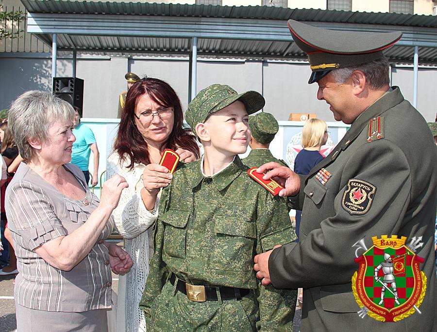 Полковник Игорь Круглов поздравляет сына Илью с вручением первых погон