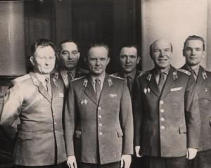 Капитан В. Н. Ксенофонтов (крайний справа) во время прохождения службы в Минском СВУ. Справа налево от него офицеры училища: полковник А. П. Жуков, майор А. А. Евдоченко, подполковник В. Ф. Друшляк, подполковник М. М. Волочко, подполковник Л. В. Гаврукович